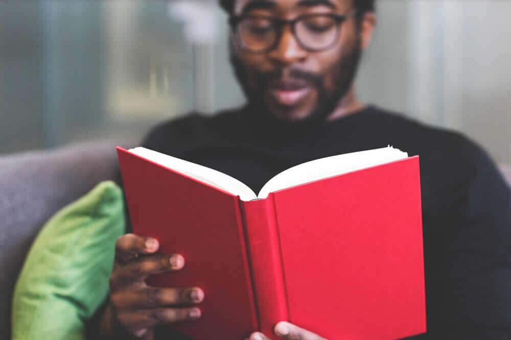 Estudiante con un libro