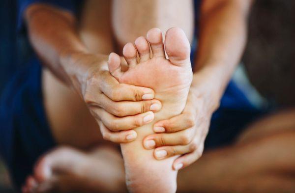 musculos-del-pie-funciones-mano-en-pie-istock