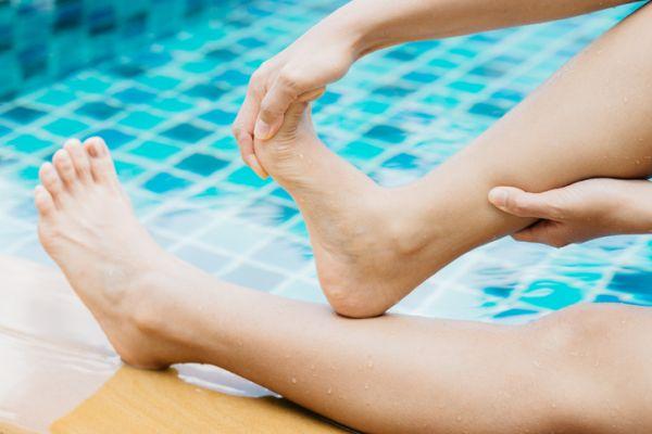 musculos-del-pie-funciones-pies-piscina-istock