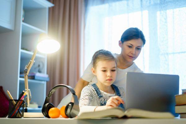 como-estudiar-con-ninos-en-casa-nina-estudia-con-su-madre-istock