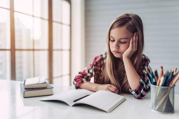 como-estudiar-con-ninos-en-casa-nina-estudia-istock
