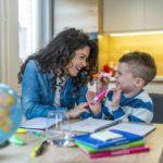 como-estudiar-con-ninos-en-casa-nino-estudia-en-cocina-con-mama-istock