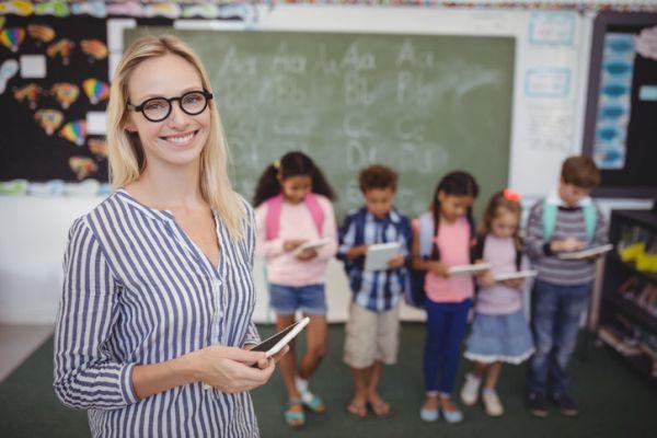 repaso-lengua-1o-eso-temario-alumnos-y-profesora-con-tablets-istock