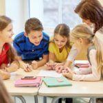 repaso-lengua-6o-primaria-temario-alumnos-y-profesora-entre-libros-istock