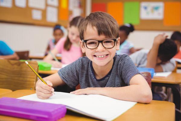 repaso-lengua-6o-primaria-temario-estudiante-con-gafas-sonrie-istock