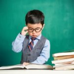 Niño asiático con gafas de profesor