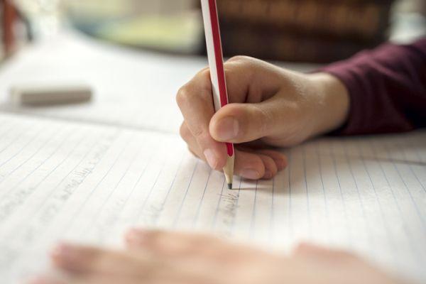 Niño haciendo deberes