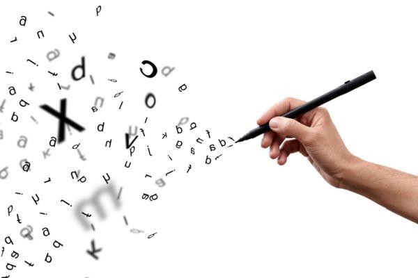Letras y mano escribiendo