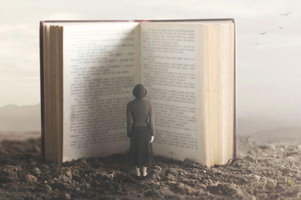 Mujer leyendo libro gigante