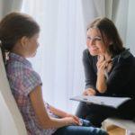Maestra con niña