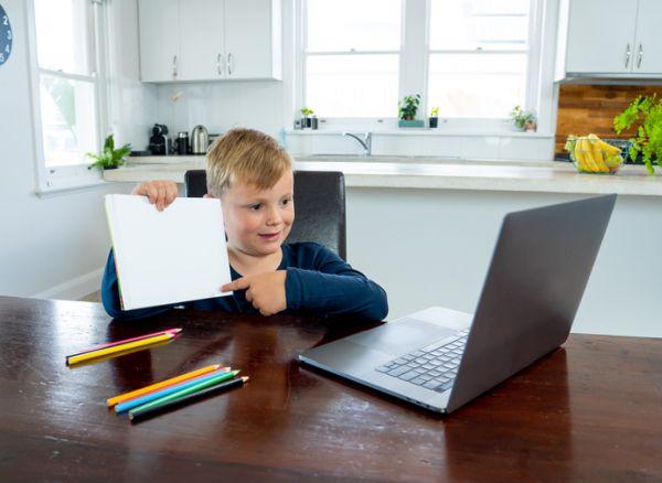 Niño estudia online