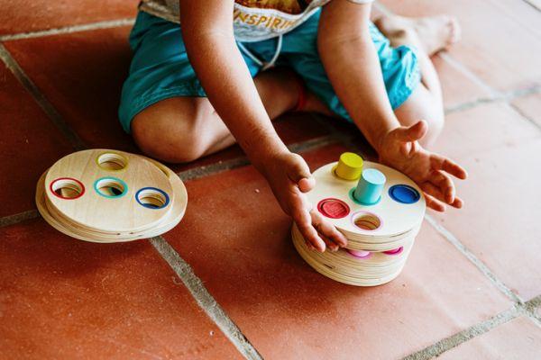 Niño con juego educativo de madera