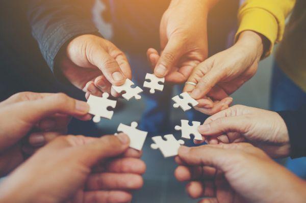 Grupo de personas componiendo puzzle