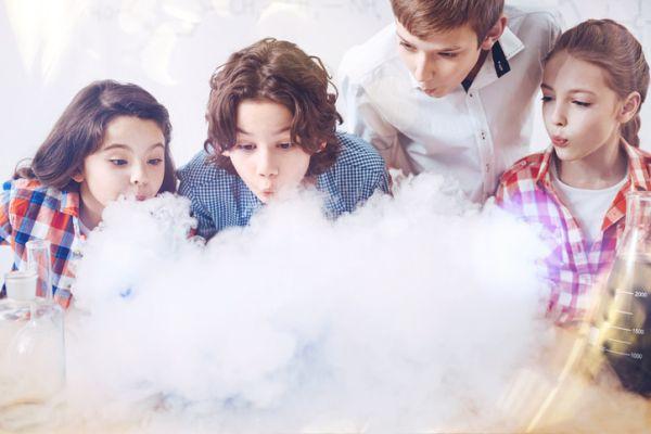 Niños experimentando con gases