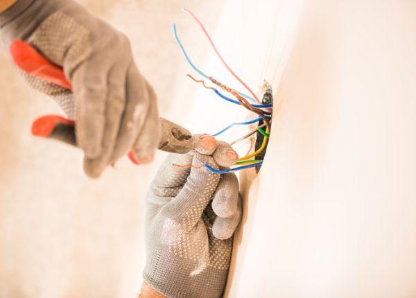 Trabajador manipulando cables