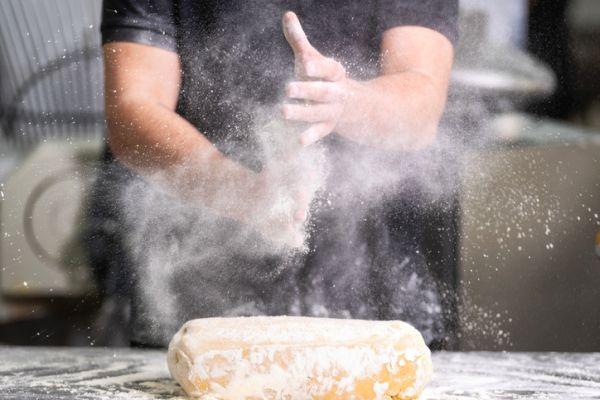 Pastelero trabajando la harina