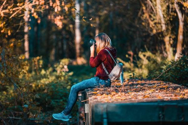 Chica fotografiando paisaje