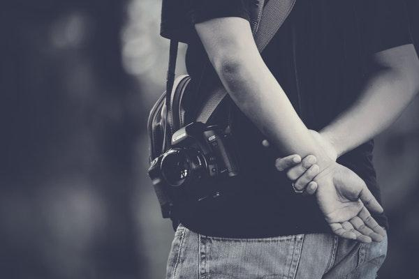 Fotógrafa con cámara colgada
