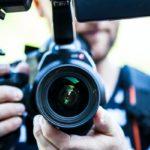 Fotógrafo sosteniendo cámara