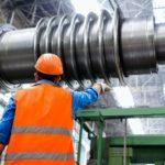 Ingeniero industrial supervisando