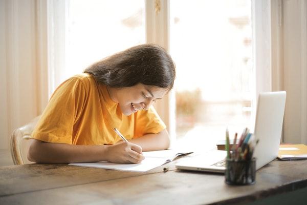 Muchacha estudiando contenta